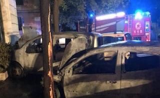 Roma, sette auto in fiamme a Piazzale degli Eroi: i carabinieri indagano sulle origini del rogo