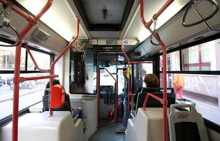 Roma, paura sul bus: aggredisce madre e figlio di 5 anni con un paio di forbici