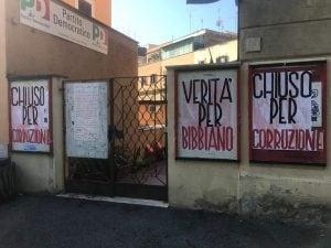 Le scritte comparse nella notte davanti all'entrata del circolo del Partito democratico di Ponte Milvio, Roma