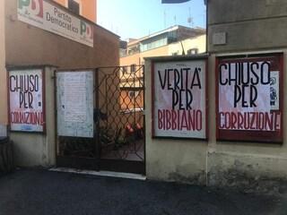 """Vandalizzata sede Pd Ponte Milvio con scritte su Bibbiano. I dem: """"Vigliacchi, schifosi"""""""