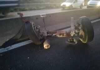Camion perde una ruota e finisce fuori strada: attimi di paura su via Salaria