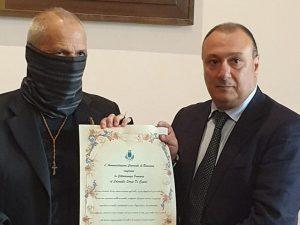 Il capitano Ultimo, ovvero il colonnello dei carabinieri Sergio De Caprio, con il sindaco di Bracciano, Armando Tondinelli, che gli ha conferito la cittadinanza onoraria.