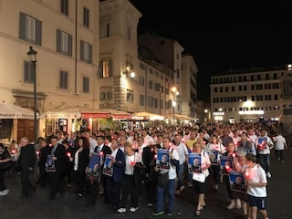 Carabiniere ucciso, una fiaccolata a Roma per ricordare Mario Cerciello Rega: c'è anche la moglie