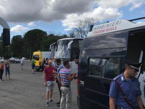 Le ispezioni al bus dei carabinieri