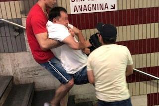 Metro Cipro, ascensore bloccato: disabile portato in braccio per le scale