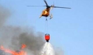 Civitavecchia, vasto incendio in corso: elicotteri in azione per contrastare il fronte del fuoco