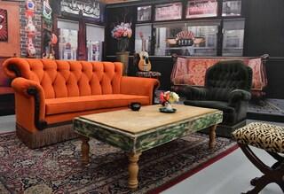 Friends festeggia 25 anni: il divano arancione della celebre serie tv comparirà a Roma