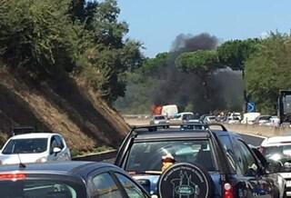 Furgone in fiamme su via Pontina: traffico bloccato e code verso Roma