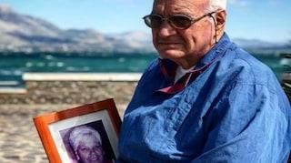 """""""Il vecchio e il mare"""", anche quest'anno Giuseppe porta la foto di sua moglie sul lungomare"""