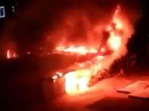 Le immagini dell'incendio al mercato di piazza dei Tribuni al Quadraro