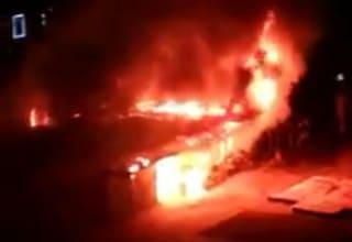 Incendio al mercato di piazza dei Tribuni al Quadraro: brucia chiosco di fiori, fiamme nella notte