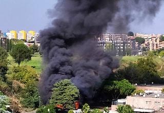 Primavalle, incendio in via Cardinal Capranica: fiamme e un'alta colonna di fumo sopra il quartiere