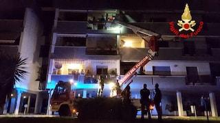Incendio a Latina, il fumo invade gli appartamenti: mamma e figlia intossicate, 40 persone evacuate