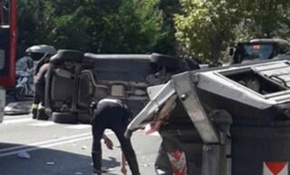 Roma, incidente stradale su via Cassia: auto sbanda e si schianta contro un cassonetto