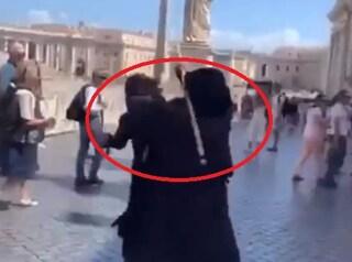 San Pietro, furiosa lite a bastonate tra due mendicanti (e ad una vola via la gobba finta)