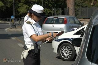 Roma, oltre un milione di multe in sei mesi: nel mirino guida con smartphone e sosta in doppia fila