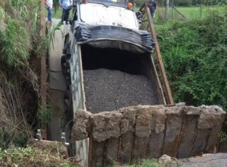 Roma, ponticello crolla sotto il peso di un camion e sprofonda in una voragine: autista ferito
