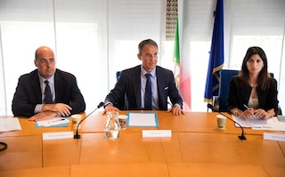 Emergenza rifiuti, Roma testa l'intesa M5S-Pd: Raggi chiede aiuto a Zingaretti