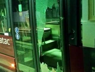 Roma, paura sul bus 90 di Atac: lancia sassi e distrugge la vetrata, arrestato 39enne