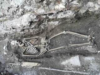 Piazzale Ostiense: gli scheletri di una donna e un bambino riemergono alla metro Piramide