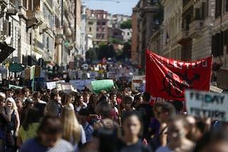 Roma, approfitta della folla della marcia per il clima e molesta una 15enne in metro: arrestato
