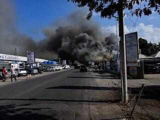 Incendio a Tor San Lorenzo, a fuoco un capannone: danni enormi, difficoltà a spegnere le fiamme