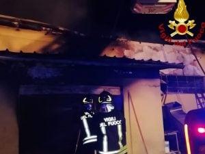 I vigili del fuoco intervenuti a Velletri per spegnere l'incendio in un capannone
