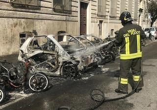 Prati, incendio vicino a un liceo: bruciano otto scooter e due auto