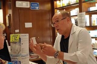 """Carlo Verdone in camice bianco si improvvisa farmacista a Roma: """"Ho risolto un altro caso"""""""