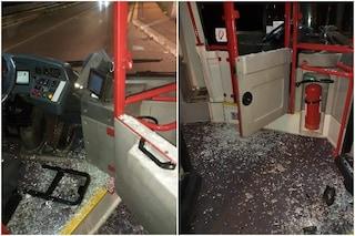 Roma, l'ennesima aggressione a un autista del bus: vetri e parabrezza rotti, conducente ferito