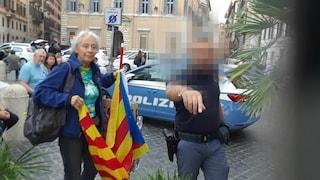 Espone bandiera catalana davanti l'ambasciata spagnola: Paola, 78 anni, fermata dalla polizia