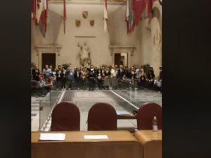 Aula Giulio Cesare occupata dai consiglieri del Pd
