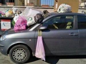 Roma, parcheggia l'auto davanti ai cassonetti in via Gonzaga: i residenti la ricoprono di rifiuti