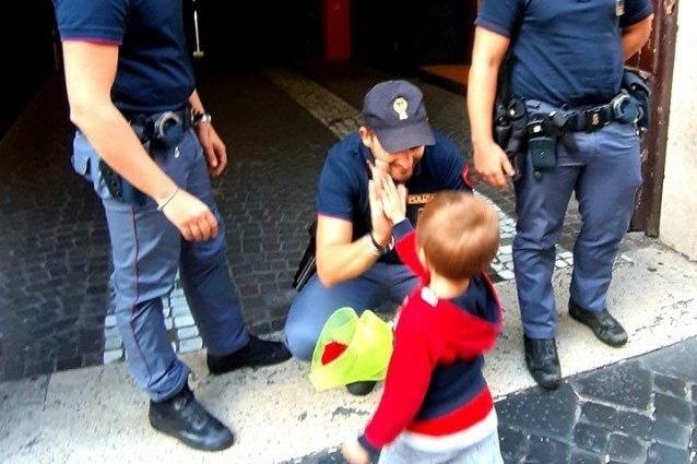 Il bimbo ha portato un fiore ai poliziotti (Foto della Polizia di Stato)