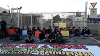 """Roma, attivisti s'incatenano fuori fabbrica di armi: """"Non faremo uscire cannoni diretti in Turchia"""""""