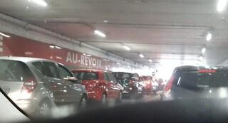 Outlet Castel Romano preso d'assalto per i maxi sconti: in centinaia intrappolati nel parcheggio