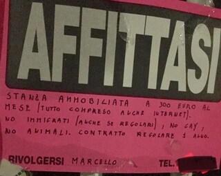 """Cartello razzista a Cinquina: """"Stanza in affitto a 300 euro, no immigrati, gay e animali"""""""