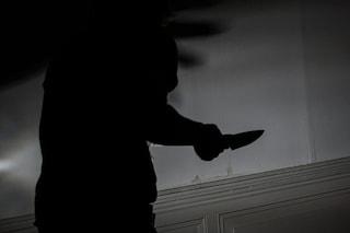 Minaccia di morte l'ex moglie, bloccato mentre la segue con un coltello lungo 7cm: arrestato