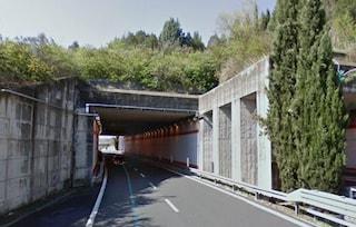 Incidente in galleria Capobianco: motociclista si schianta contro un basamento in cemento e muore