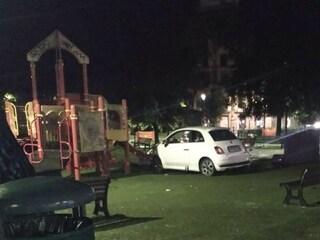 Incidente a Re di Roma: auto entra nella rotonda e si schianta contro le giostre del parco giochi
