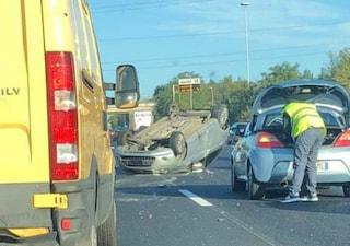 """Incidente sul Gra: furgone sperona un'auto che si ribalta e scappa. La conducente: """"Cerco testimoni"""""""
