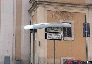 Rifiuti a Roma: spunta un materasso 'volante', sospeso su due pali a San Giovanni in Laterano