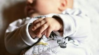 Roma, neonato in pericolo di vita atterra con volo militare a Ciampino: trasportato in culla termica