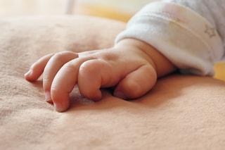 Neonata morta nella vasca da bagno, indagata per omicidio la madre che non sapeva di essere incinta