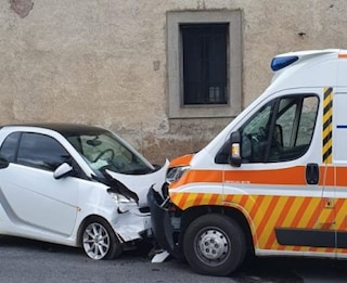 Ariccia, ragazza di 21 anni invade la corsia opposta e si schianta contro un'ambulanza