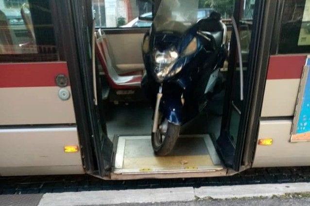 """Roma, sospeso l'autista che ha messo lo scooter sull'autobus: """"Mi serviva per tornare a casa"""""""