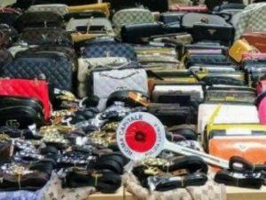 La merce contraffatta sequestrata (Immagine della polizia locale di Roma Capitale)