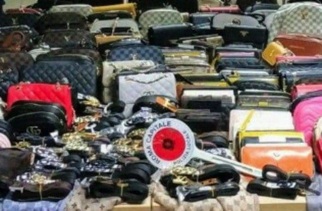 La merce contraffatta sequestrata (Immagine di repertorio della polizia locale di Roma Capitale)