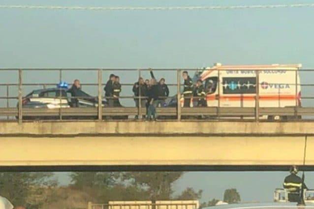 Le immagini del tentato suicidio (Foto dal gruppo Facebook Noi pendolari della Pontina)