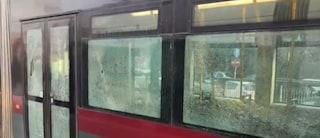 Roma, distrugge a martellate vetri del tram: danni per migliaia di euro, caccia al responsabile